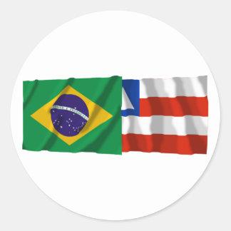Banderas que agitan de Bahía y del Brasil Pegatina Redonda