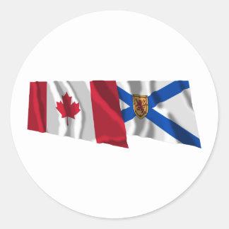 Banderas que agitan de Canadá y de Nueva Escocia Pegatina Redonda