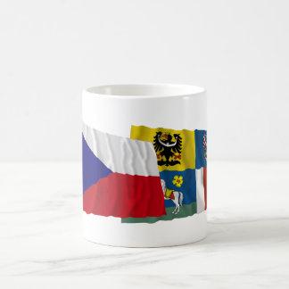 Banderas que agitan de Checo y de Moravia-Silesia Taza