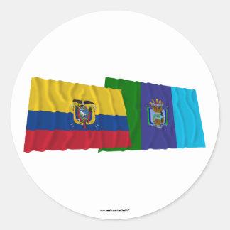 Banderas que agitan de Ecuador y de Santa Elena Pegatina Redonda