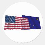 Banderas que agitan de Estados Unidos y de Alaska Pegatina Redonda