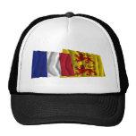 Banderas que agitan de Francia y de Hautes-Pyrénée Gorras