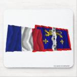 Banderas que agitan de Francia y de Mayenne Tapete De Ratón
