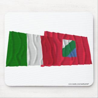 Banderas que agitan de Italia y de Abruzos Alfombrillas De Raton