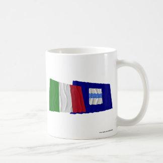 Banderas que agitan de Italia y de Basilicata Taza Básica Blanca