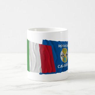 Banderas que agitan de Italia y de Calabria Taza Básica Blanca