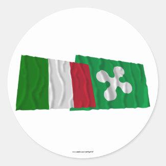 Banderas que agitan de Italia y de Lombardia Pegatina Redonda