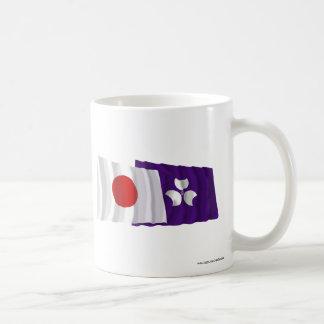 Banderas que agitan de Japón y de Gunma Taza Básica Blanca