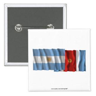 Banderas que agitan de la Argentina y de Santiago  Pin Cuadrada 5 Cm