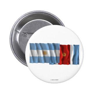 Banderas que agitan de la Argentina y de Santiago  Pin Redondo 5 Cm