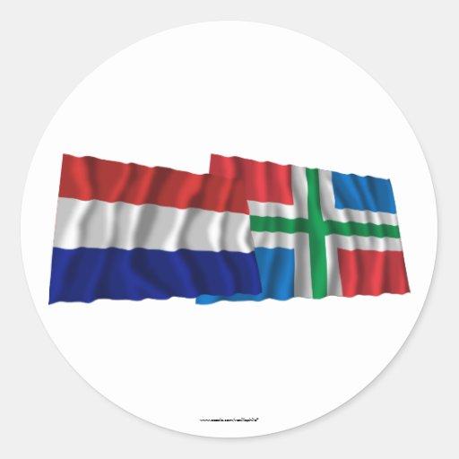 Banderas que agitan de Países Bajos y de Groninga Pegatina Redonda