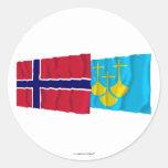 Banderas que agitan de Romsdal del og de Noruega y Pegatina Redonda
