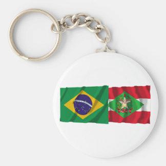 Banderas que agitan de Santa Catarina y del Brasil Llavero Redondo Tipo Pin