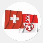 Banderas que agitan de Suiza y de Obwalden Pegatina Redonda