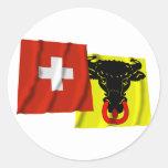 Banderas que agitan de Suiza y de Uri Pegatinas Redondas