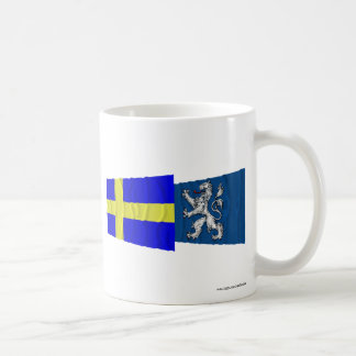 Banderas que agitan del län de Suecia y de Halland Taza Básica Blanca