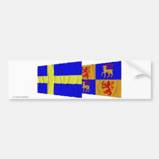 Banderas que agitan del län de Suecia y de Kalmar Pegatina De Parachoque