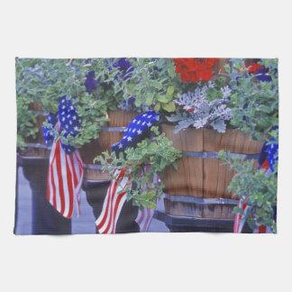 Banderas y flores en Philipsburg Montana Toalla De Cocina