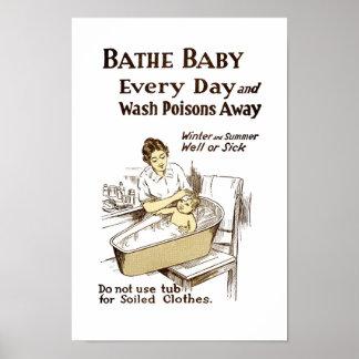 Bañe a su bebé cada día poster