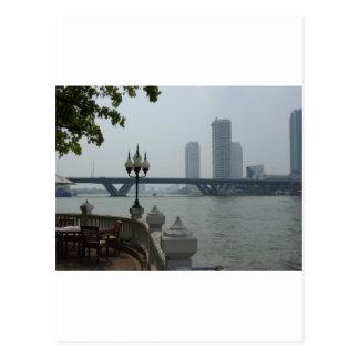 Bangkok Tailandia el río Chao Phraya pasa por alto Postales