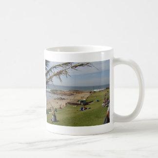 Bañistas de la playa taza básica blanca