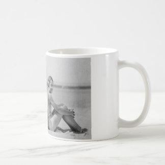 Bañistas del vintage taza básica blanca