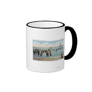 Bañistas en la playa taza a dos colores