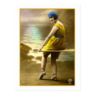 Baño de belleza en amarillo y azul postal