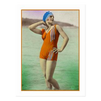 Baño de belleza en bañador anaranjado tarjeta postal