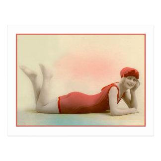 Baño de belleza en bañador del rojo anaranjado tarjeta postal