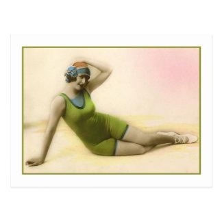 Baño de belleza en bañador verde del kiwi tarjetas postales