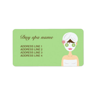 Baño de la mujer del balneario con una mascarilla etiqueta de dirección