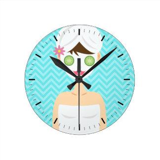 Baño de la mujer del balneario con una mascarilla  reloj redondo mediano