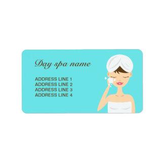 Baño de la mujer que aplica el azul del balneario etiqueta de dirección