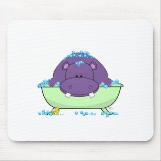 Baño del hipopótamo púrpura alfombrillas de raton