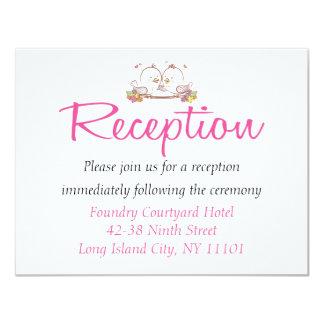 """Banquete de boda fucsia rosado de los Lovebirds de Invitación 4.25"""" X 5.5"""""""