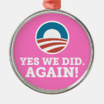 Barack Obama hicimos sí otra vez (el rosa) Ornamentos De Navidad
