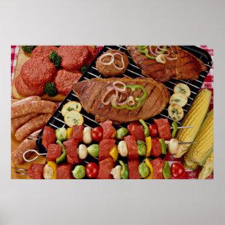 Barbacoa deliciosa con la carne cruda y cocinada o impresiones