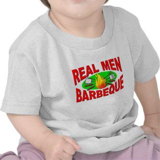 Barbacoa real de los hombres. Diseño divertido par Camisetas