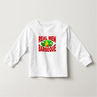 Barbacoa real de los hombres. Diseño divertido Playeras