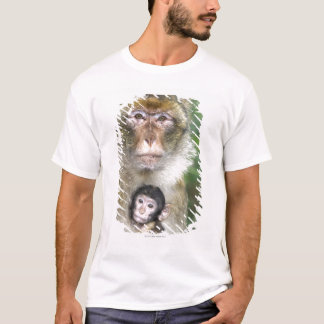 Barbary Macaque . Adulte with babyMacaca T-Shirt