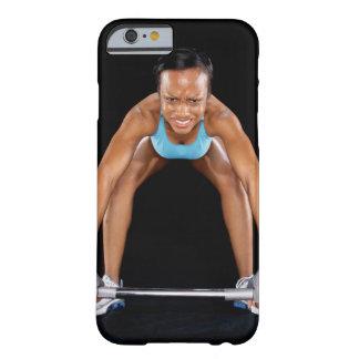 Barbell de elevación de la mujer joven, retrato funda barely there iPhone 6