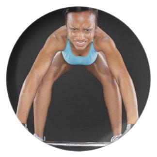 Barbell de elevación de la mujer joven, retrato plato