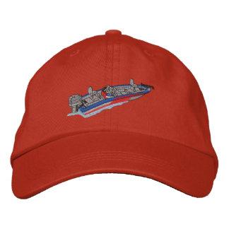 Barco bajo gorros bordados