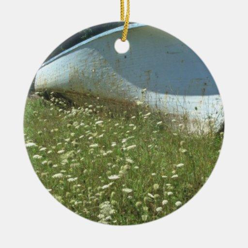 barco blanco de las flores de la hierba adorno redondo de cerámica