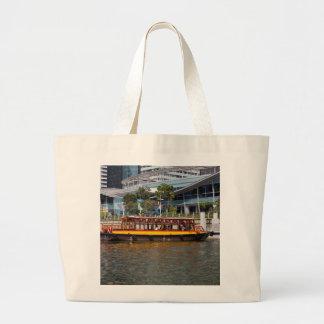 Barco colorido de la travesía del río en Singapur Bolsas
