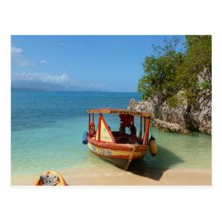 Barco colorido en el océano postal