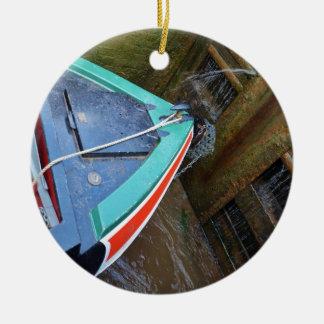 Barco de canal en cerradura adorno navideño redondo de cerámica