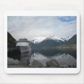 Barco de cruceros atracado en Skagway, Alaska Tapetes De Ratones