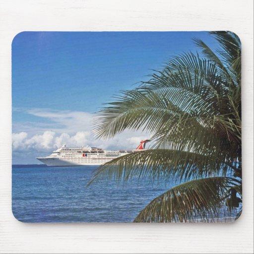 Barco de cruceros del carnaval atracado en la isla alfombrilla de ratones